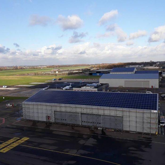 Saman installeert nieuwe set zonnepanelen op hangars Rotterdam The Hague Airport