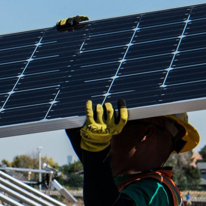 Hoe installeer ik zonnepanelen veilig op hoogte?